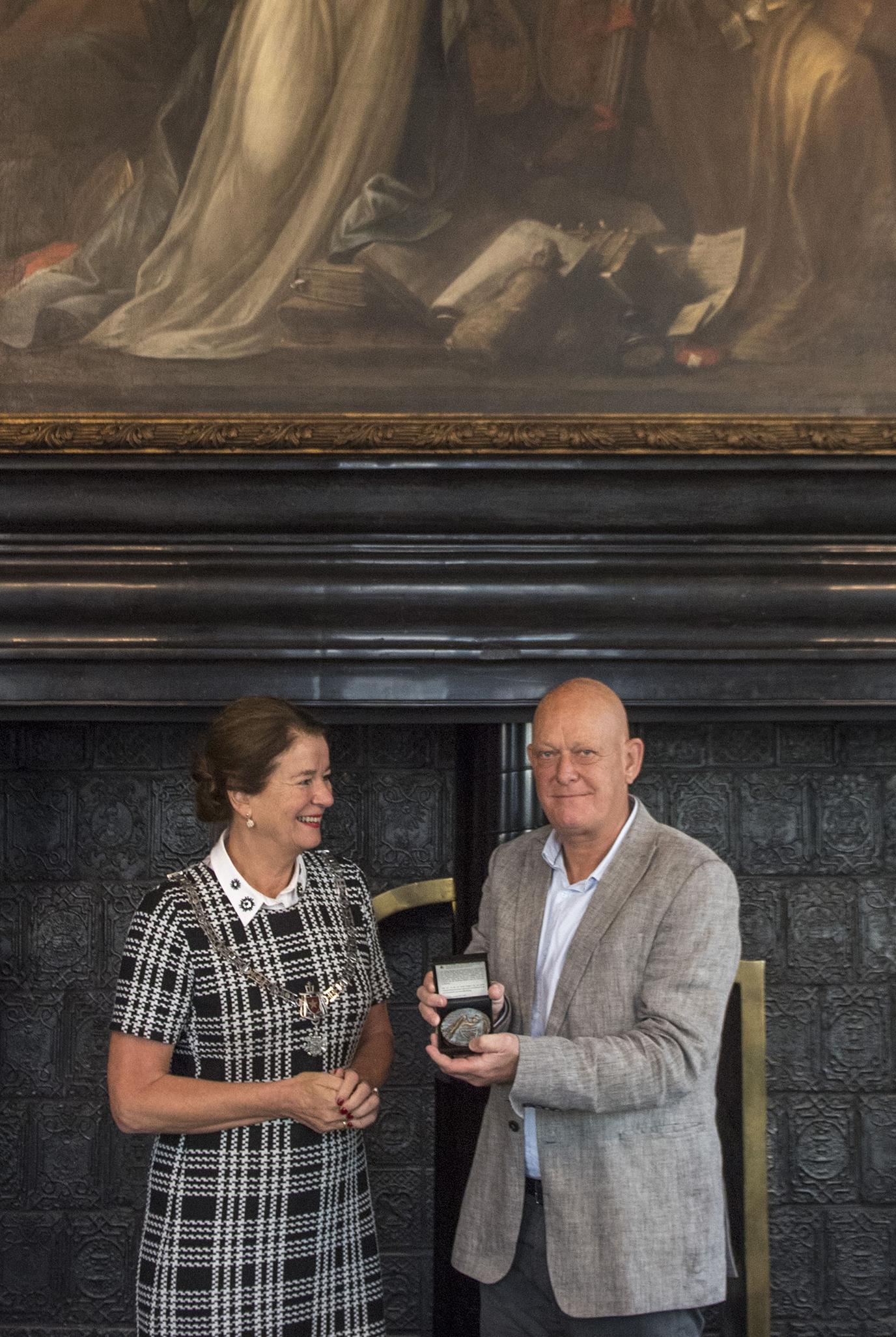 Burgemeester Annemarie Penn-te Strake reikt de Trichter uit aan Joland Slangen